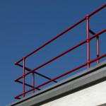 Water pipe railings on the lower roof; Geländer auf dem unteren Flachdach aus Wasserrohren. Photograph Frank Müller